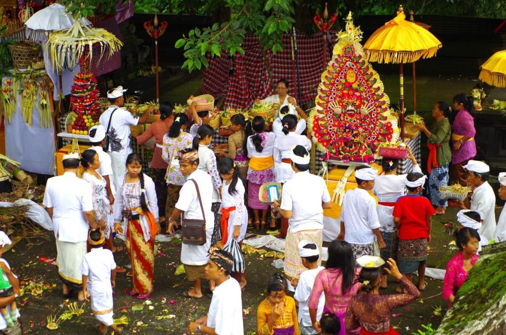 Slavnosti v jednom z chrámů v komplexu Besakih