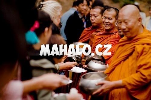 Mnichové přijímají dary
