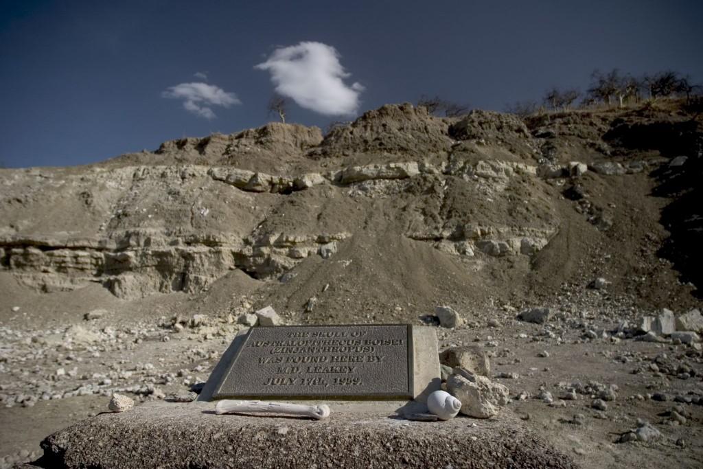 Deska upozorňuje na místo, kde byly nalezeny pozůstatky předchůdce dnešních lidí