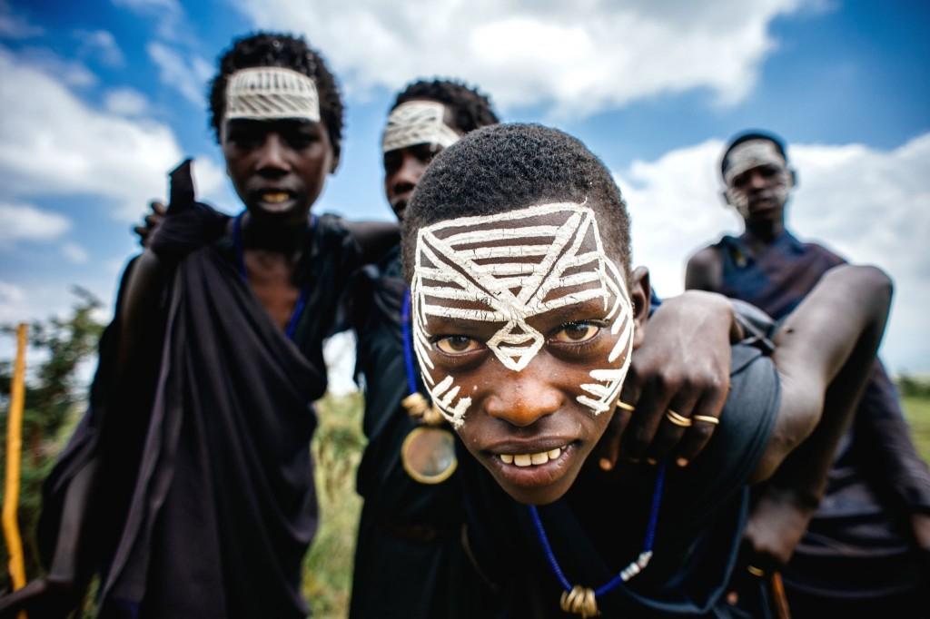 Masajští mladíci ve vesnici v parku Masai Mara