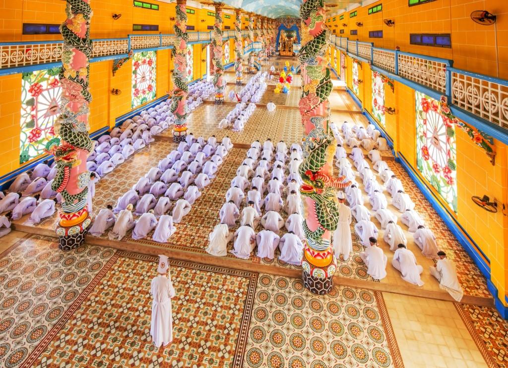 Modlitba v chrámu Caodai