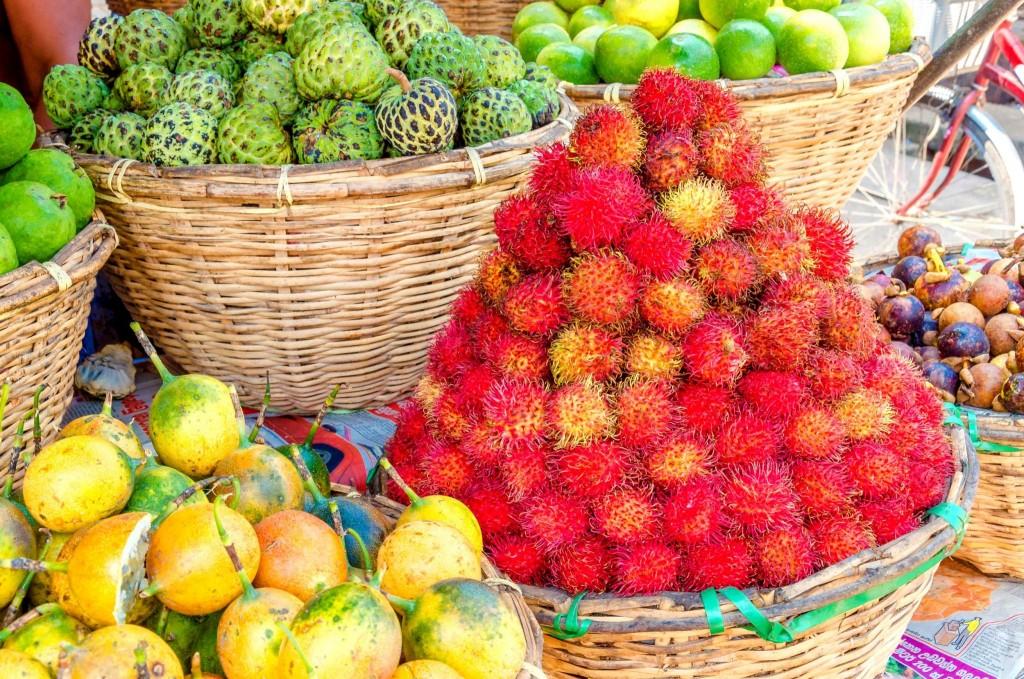 Ovoci na Maledivách kralují oblíbené rambutany (červené)