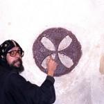 Koptský mnich vysvětluje význam symbolů v Údolí Vádí Natrun