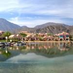 Resort v letovisku Taba s horami v pozadí