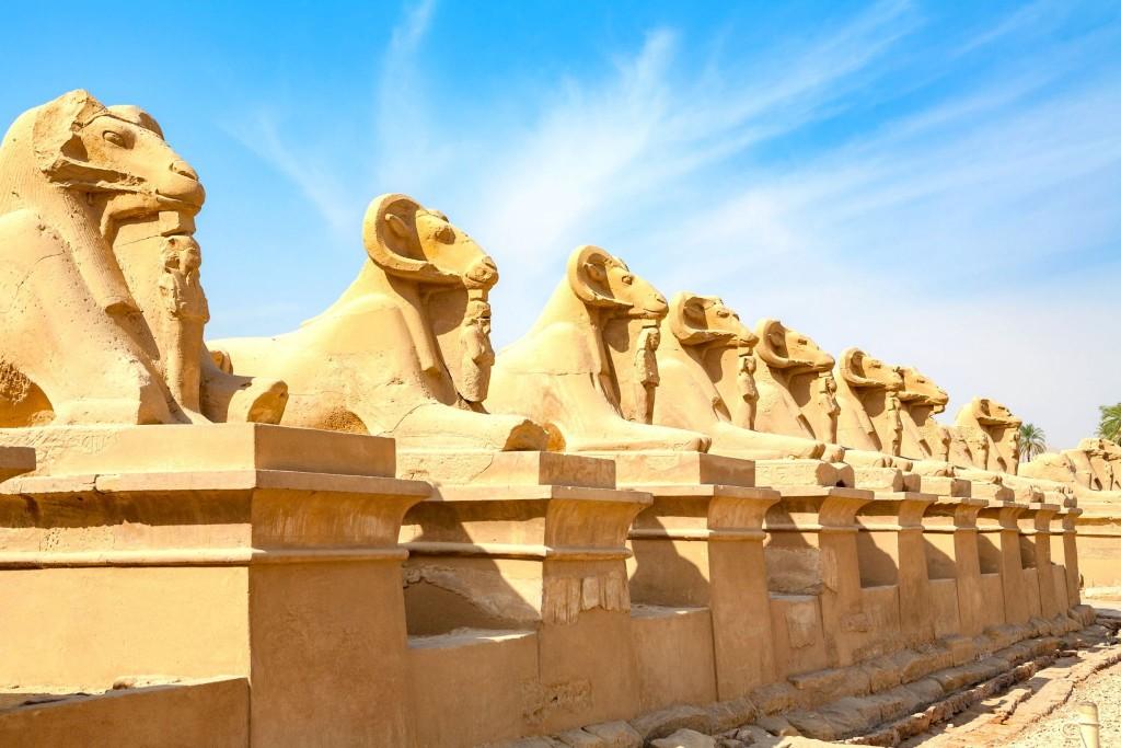 Sochy berana v Amonově chrámu v Karnaku