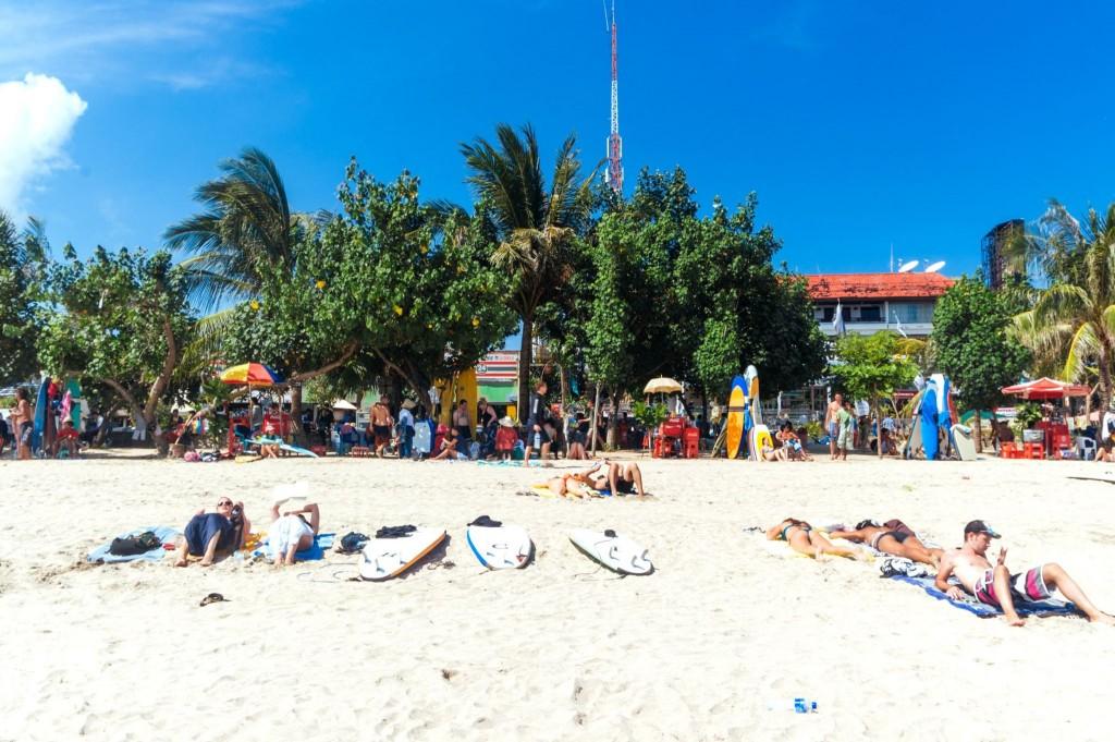 Dav lidí na pláži v Kutě
