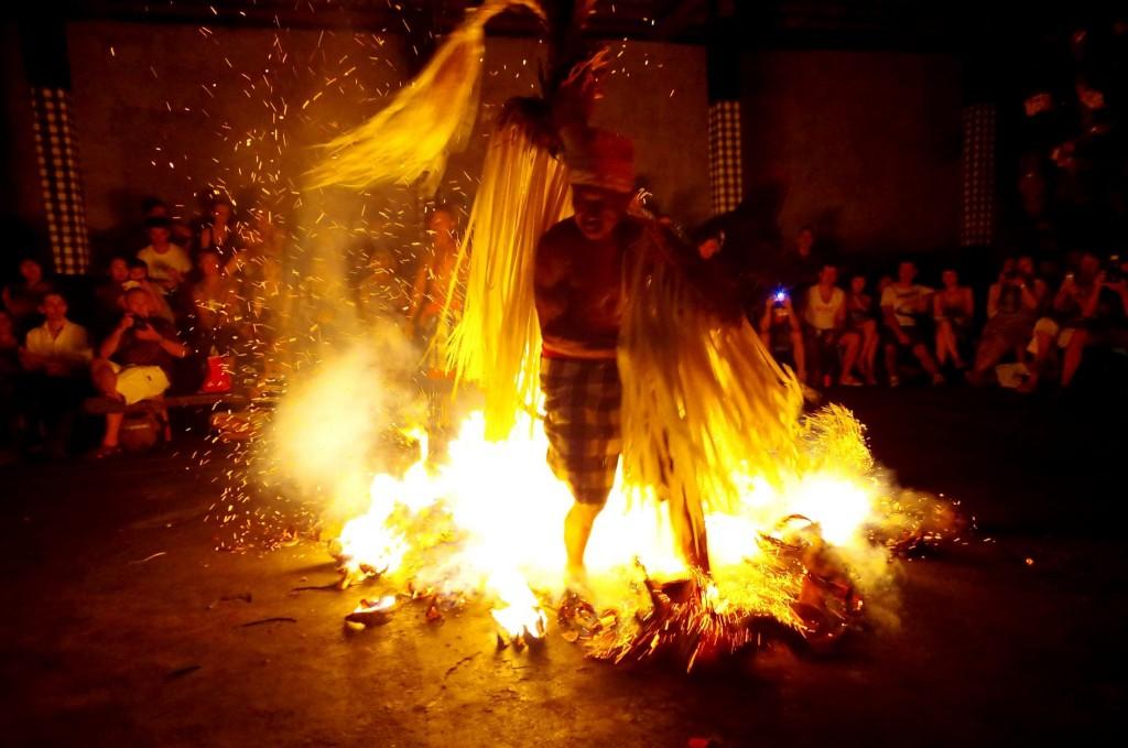 Fire trance - tanec na žhavých uhlících