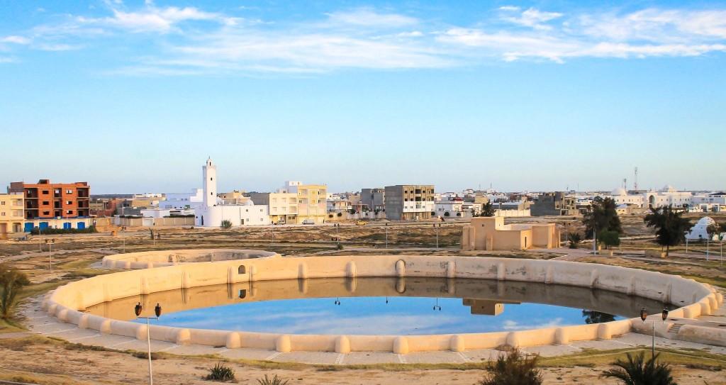 Kairouan - v popředí prastaré vodní nádrže