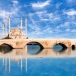 Kamenný most Tasköprü ve městě Adana