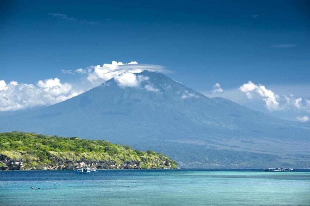 Ostrov Menjangan s vulkánem Ijen v pozadí