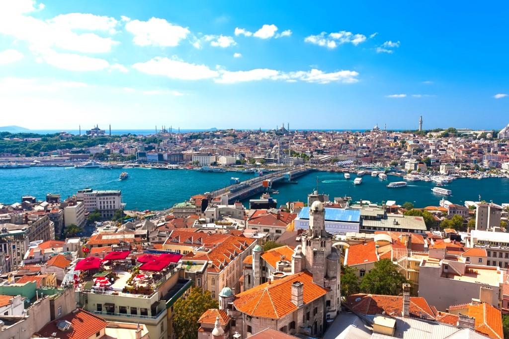 Panorama Istanbulu, přes řeku vede Galatský most (Galata köprüsü)
