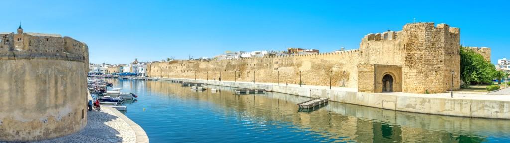Pevnosti Kasbah (vpravo) a Ksibah (vlevo) při vjezdu do starého přístavu města Bizerte