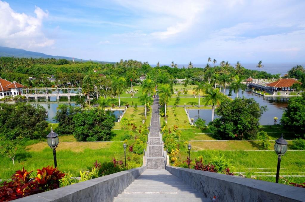 Výhled na areál vodního paláce Taman Sukasada