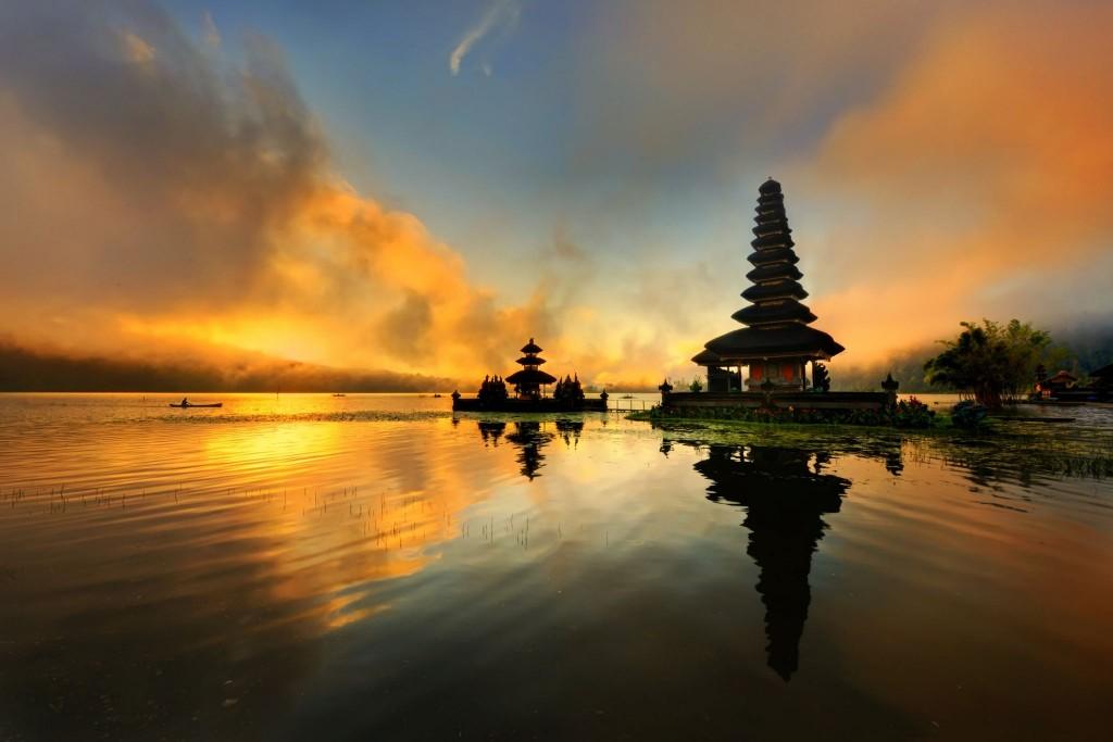Západ slunce nad chrámem Pura Ulun Danu Bratan