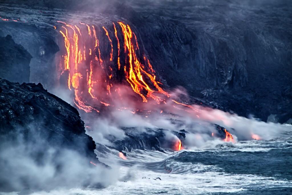 Láva tekoucí do moře ve Volcanoes National Park