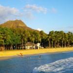 Pláž Waikiki a Diamond Head při západu slunce
