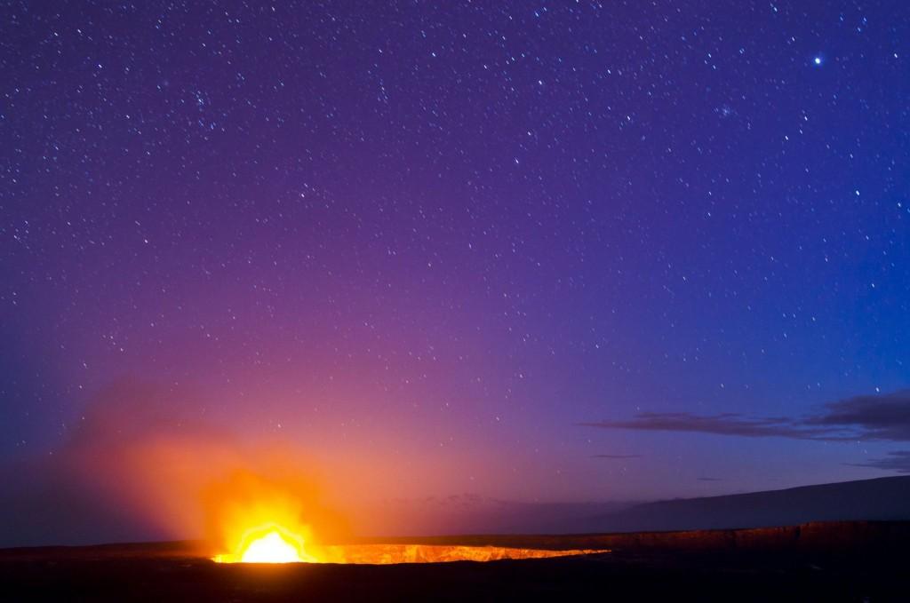 Večerní pozorování kráteru sopky Kilauea