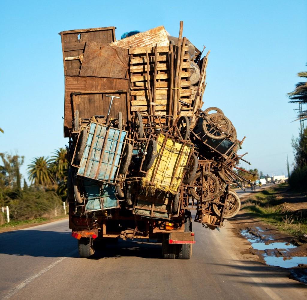 Běžné přetížení náklaďáku v Maroku