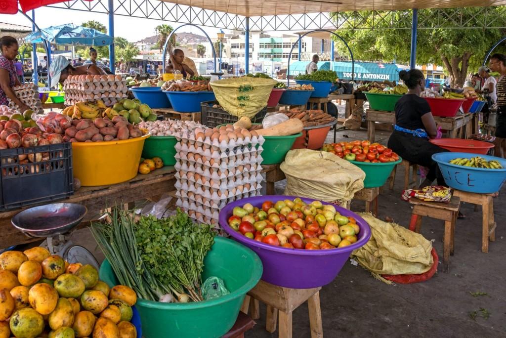 Exotické druhy ovoce na tržnici na Kapverdských ostrovech