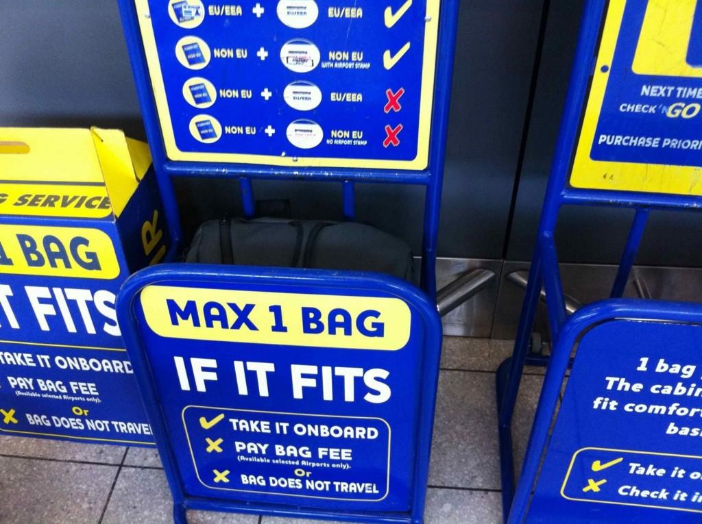 Klec a krabice (vlevo) na kontrolu příručního zavazadla u Ryanairu