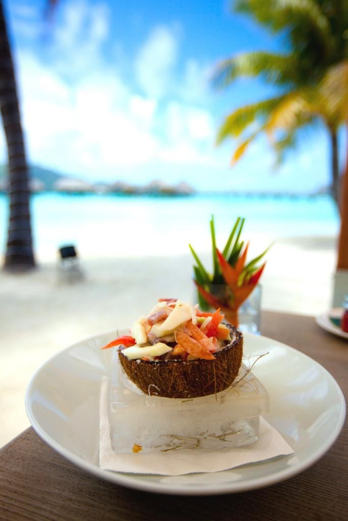 Poisson Cru v kokosové skořápce