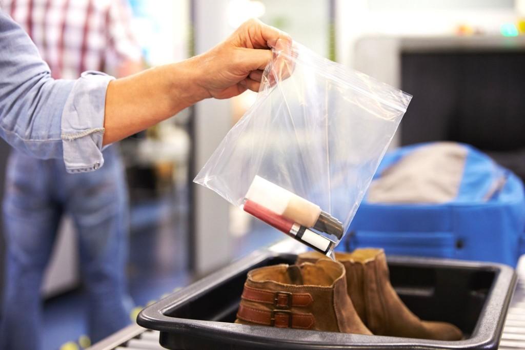 Před security (bezpečnostní kontrolou) nezapomeňte dát tekutiny a gely do speciálního plastového sáčku