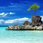 Willyho skála na jedné z pláží Boracaye