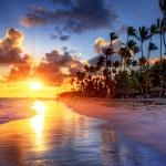 Západ slunce na pláži u města Cancún