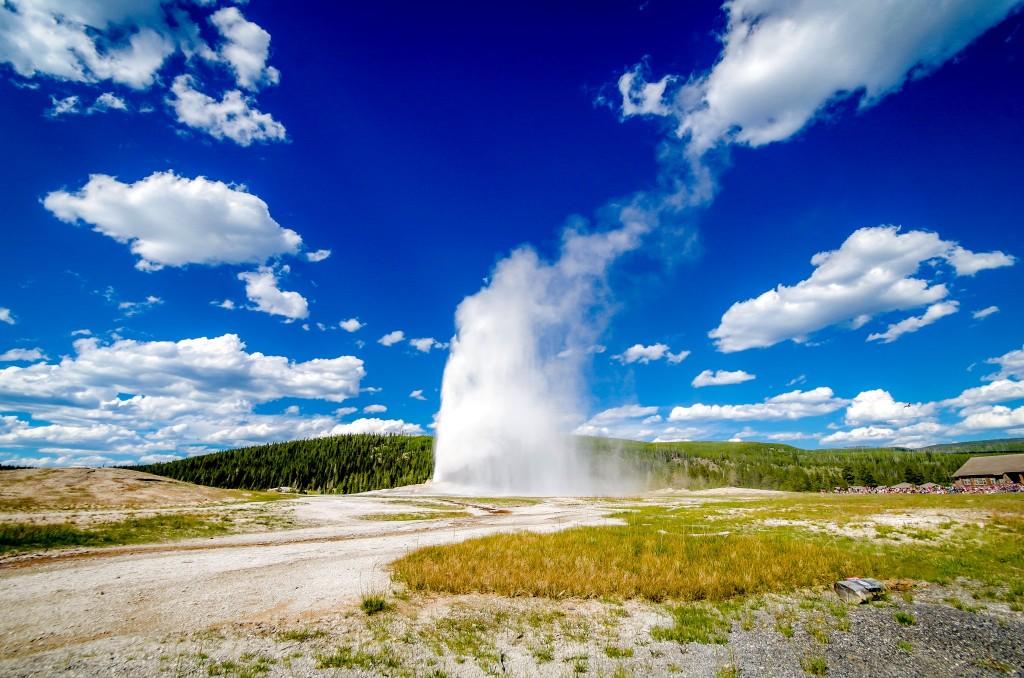 Gejzír Old Faithful v Yellowstonu - nejznámější gejzír světa