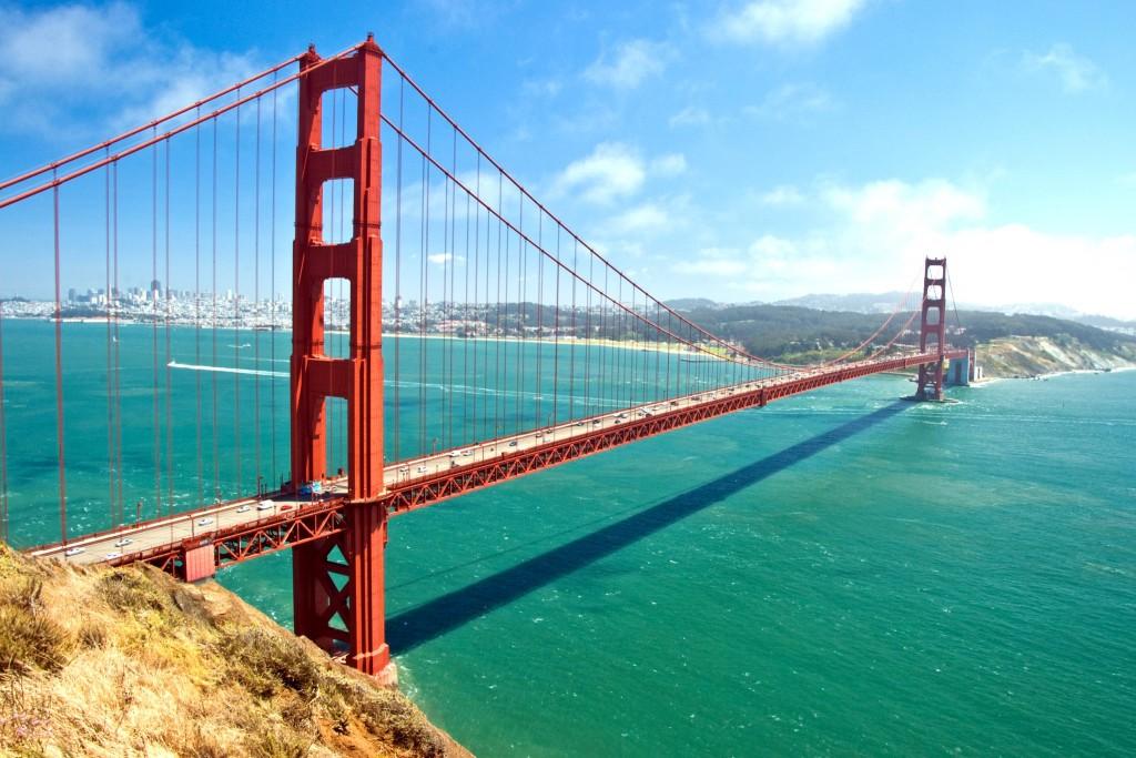 Golden Gate Bridge, v pozadi je vidět centrum San Francisca
