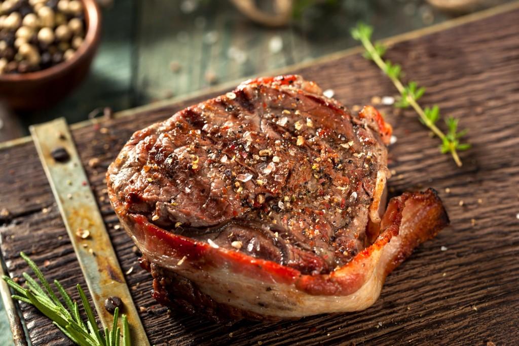 Grilované hovězí maso a slanina je oblíbenou domácí pochoutkou