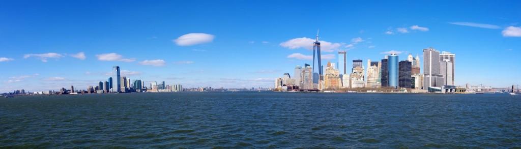 Pohled na Dolní Manhattan (vpravo) a New Jersey (vlevo) z trajektu