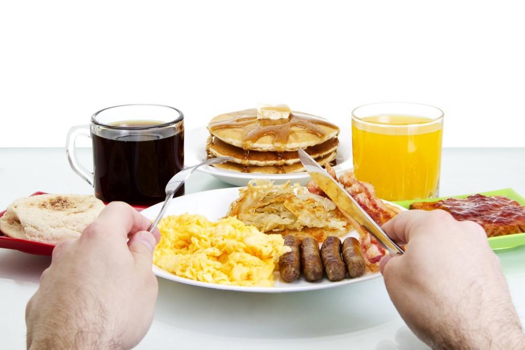 Typická americká snídaně - vajíčka, slanina, párky s toastem a k tomu vynikající palačinky s javorovým sirupem