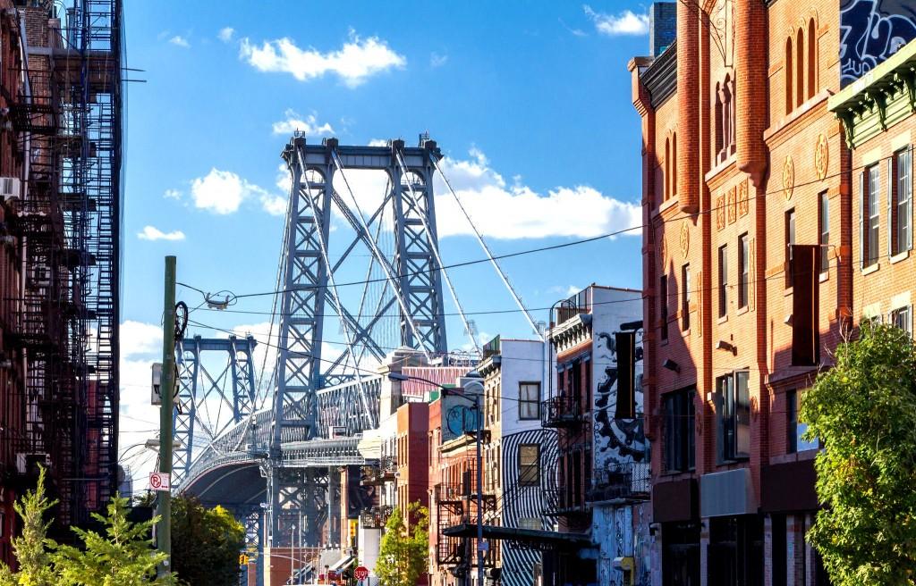Výhled na Williamsburg Bridge v Brooklynu