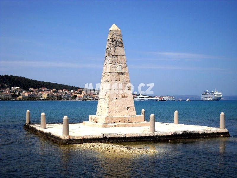 Obelisk u mostu v Argostoli