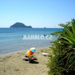Ostrůvek Marathonisi z pláže v Porto Koukla