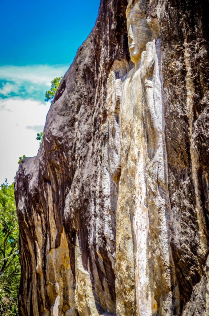 Boční pohled na sochy Buduruwagala