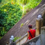 Opravdu prudké schodiště na skalní chrám Mulkirigala