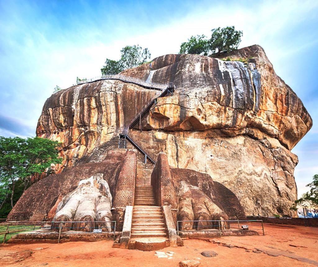 Schodiště mezi lvími tlapami vedoucí až na vrchol samotné skály Sigiriya