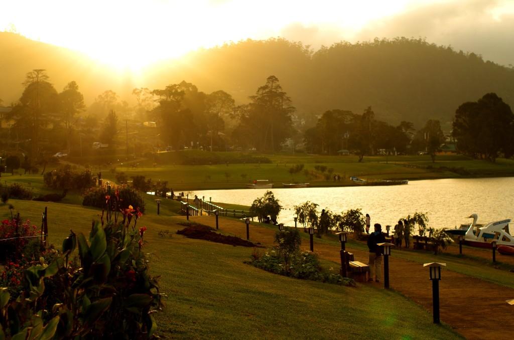 Západ slunce u Gregory Lake v Nuwara Eliya