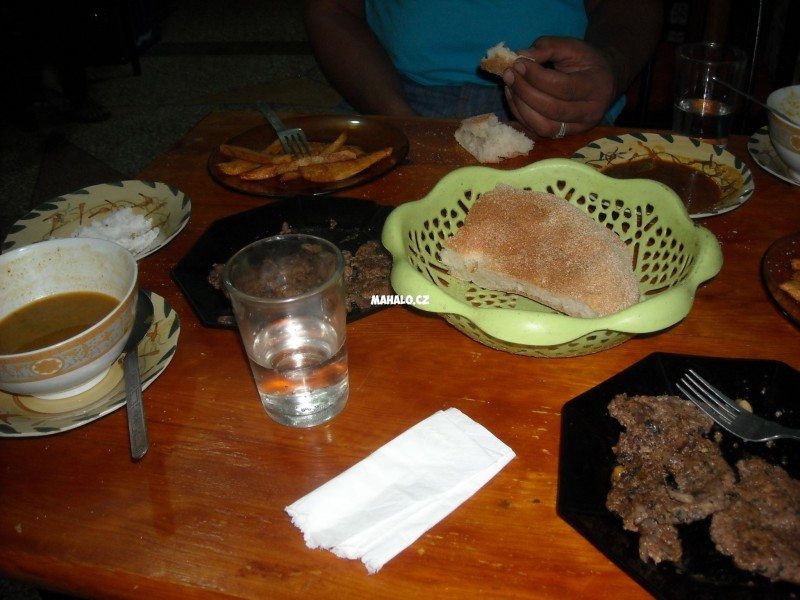 Povecereli jsme v mistni restauraci hariru a köfte s ryzi a pommes frittes, bylo to dobre a levne, snad nejak 50 DH dohromady.