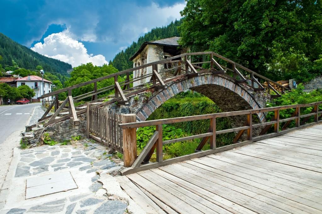 Klenuté mosty ve městě Široka Laka