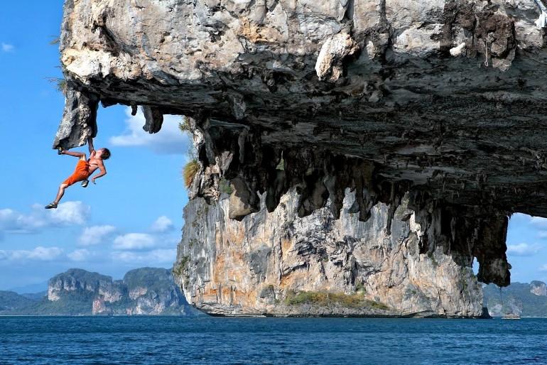 Lezení po skalách v Halong Bay