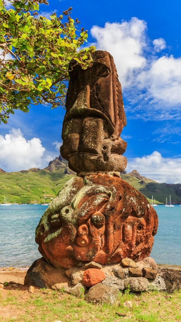 Socha tiki na pobřeží ostrova Nuku Hiva na Markézách