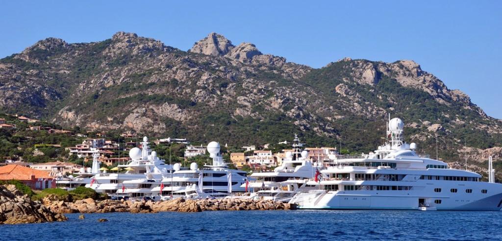 Luxusní jachty v Porto Cervo