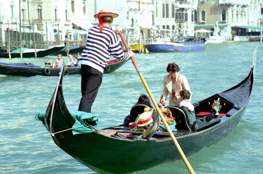 Na gondole s gondoliérem po benátském kanále = idylka