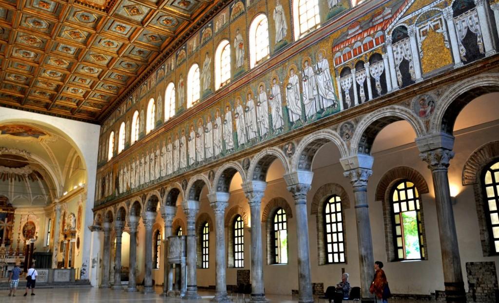 Interiér baziliky Sant´Apollinare Nuovo v Ravenně
