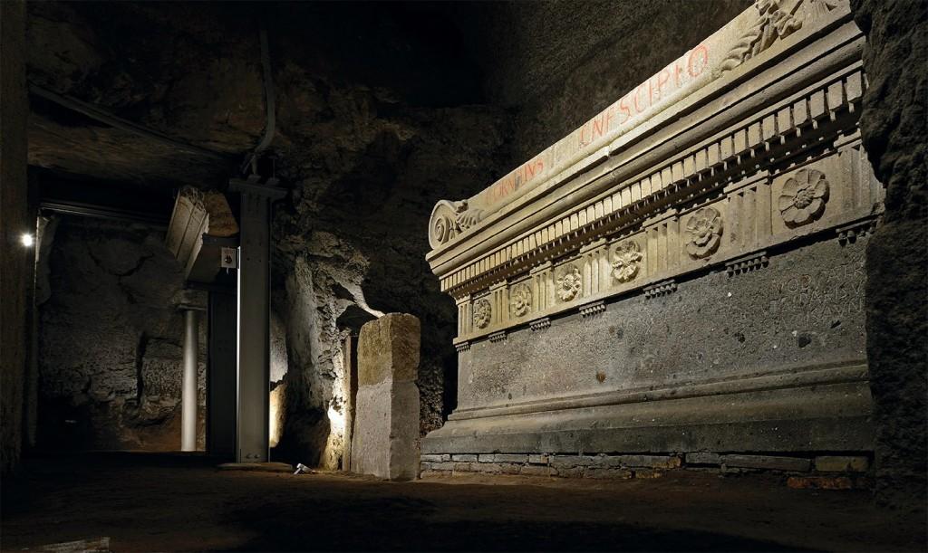Uvnitř hrobky Scipiových (Sepulcrum Scipionum)