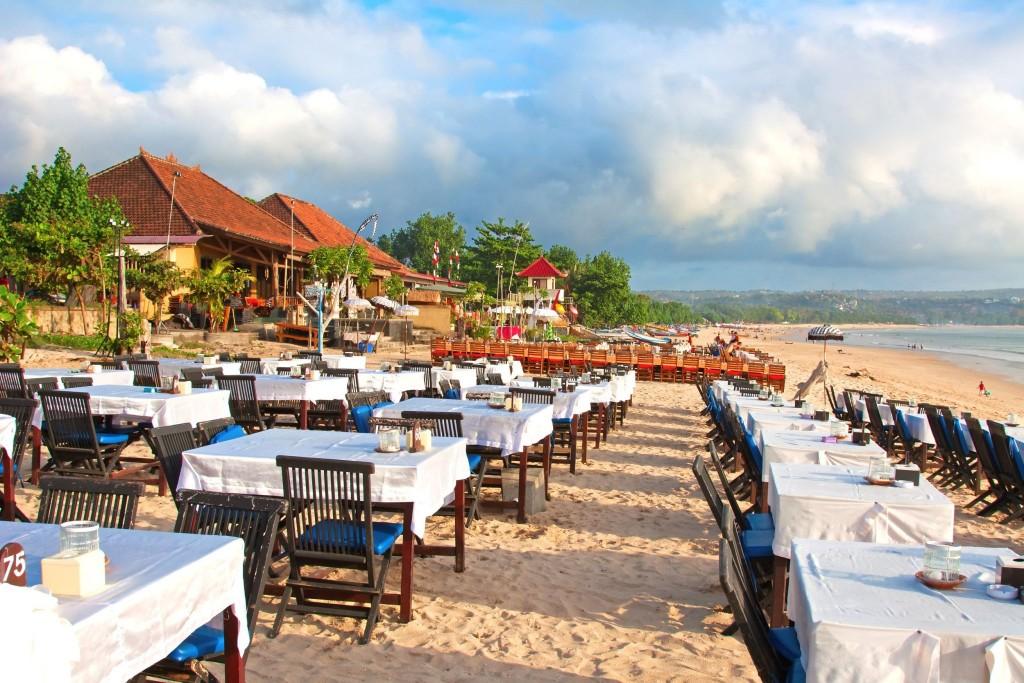 Typické plážové restaurace v Jimbaranu