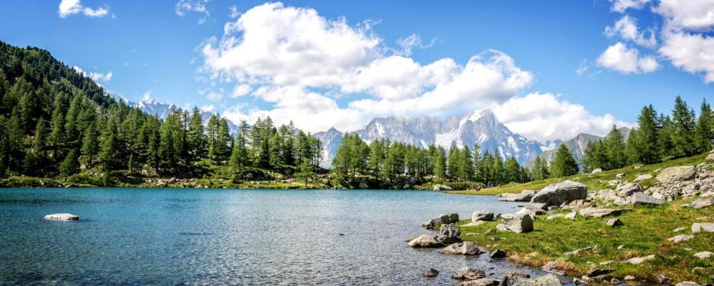 Jezero Arpy s horou Monte Bianco v pozadí - Národní park Gran Paradiso